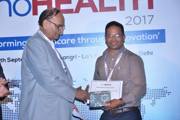 Dr V K Singh presenting certificate and a memento to Satya Tapas at InnoHEALTH 2017