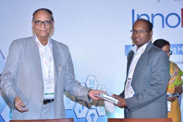 Dr V K Singh presenting certificate and a memento to Prasanna Ganapa at InnoHEALTH 2017