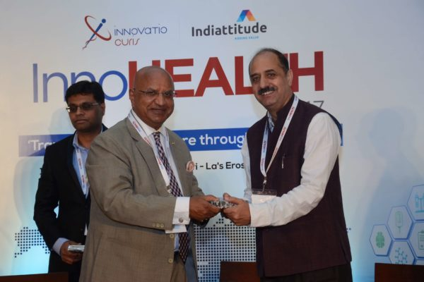 Brig(Hony) Dr Arvind Lal presenting a memento to Dr Ravi Gaur in session 2 at InnoHEALTH 2017