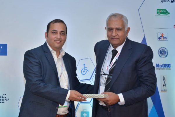 Sachin Gaur presenting a memento to Adarsh Sharma at InnoHEALTH 2017
