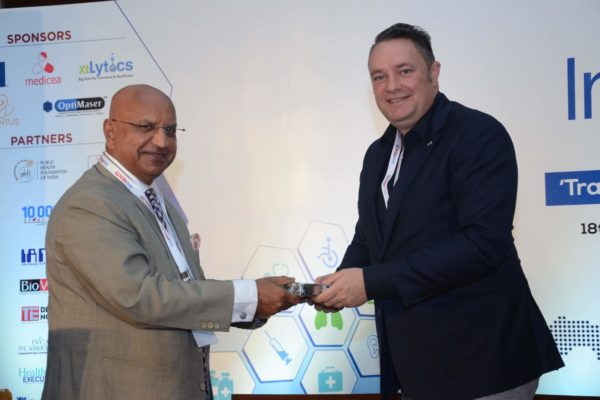 Brig(Hony) Dr Arvind Lal presenting a memento to Pieter Spee in session 2 of InnoHEALTH 2017