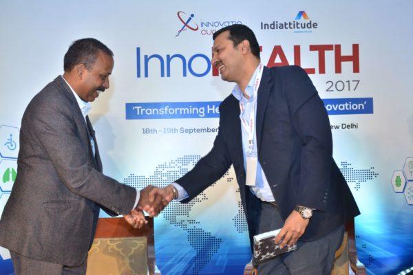 Dr S Venkataramanaiah presenting a memento to Dr sandeep Bhalla at InnoHEALTH 2017