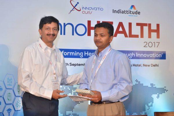 Sandipan Gangopadhyay presenting a memento to Dheeraj Misra at InnoHEALTH 2017