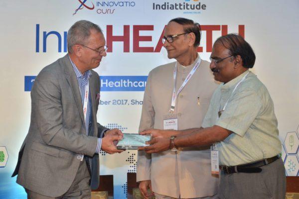 Dr D Prabhakaran presenting mememto to Dr Jaanus Pikani at InnoHEALTH 2017