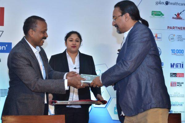 Dr S Venkataramanaiah presenting a memento to Santanu Biswas at InnoHEALTH 2017