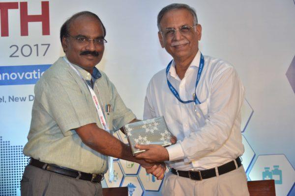 Dr D Prabhakaran presenting mememto to Dr Sanjiv Kumar at InnoHEALTH 2017