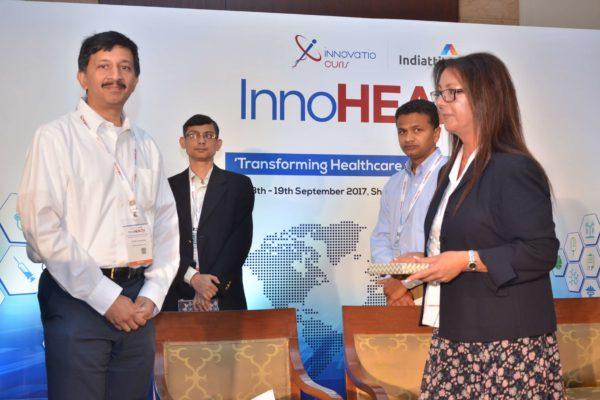 Sandipan Gangopadhyay presenting a memento to Marilia Cavaco at InnoHEALTH 2017