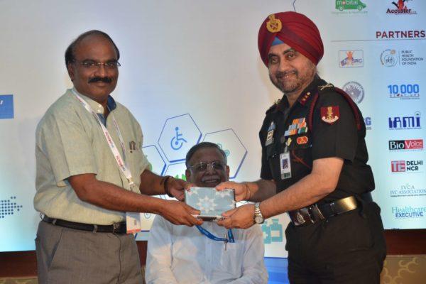 Dr D Prabhakaran presenting mememto to Maj Gen Jagtar Singh at InnoHEALTH 2017