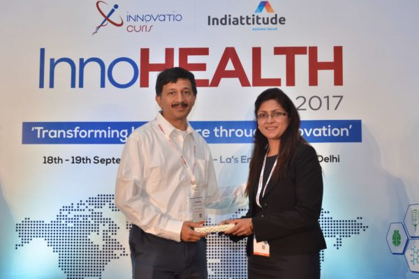 Sandipan Gangopadhyay presenting a memento to Dr Rahil Qamar Siddiqui at InnoHEALTH 2017