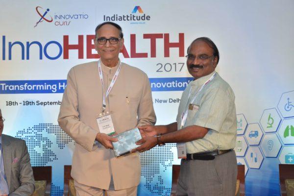 Dr D Prabhakaran presenting mememto to Dr V K Singh at InnoHEALTH 2017