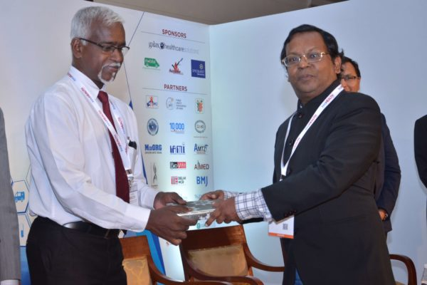 Eur Ing Muthu Singaram presenting memento to Stephen Victor at InnoHEALTH 2017
