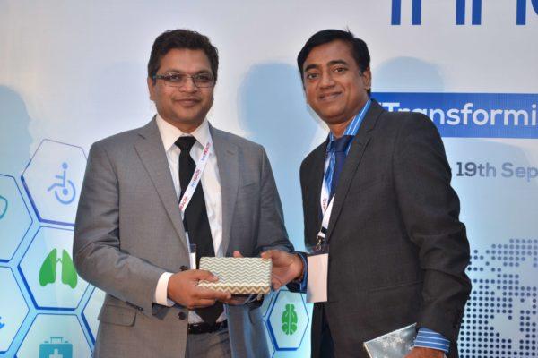 Rengarajan Iyengar presenting a memento to Deepak Mittal at InnoHEALTH 2017