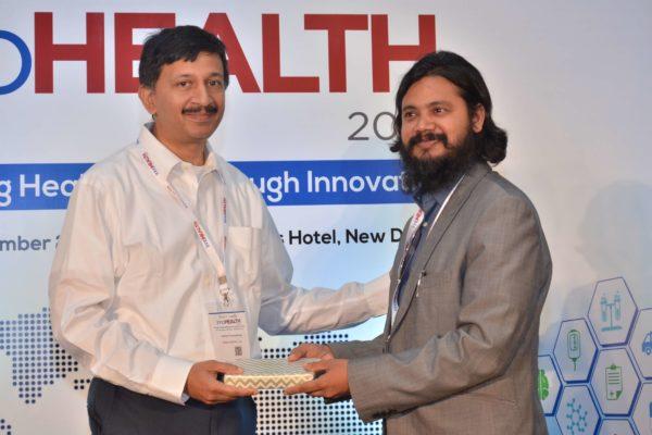 Sandipan Gangopadhyay presenting a memento to Dr Dayaprasad G Kulkarni at InnoHEALTH 2017