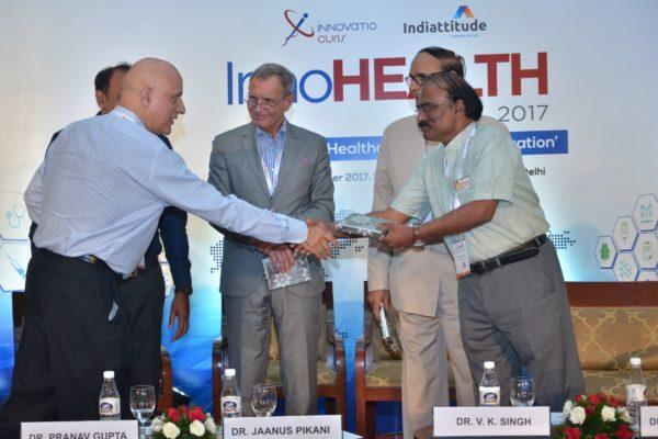 Dr Shiban Ganju presenting memento to Dr D Prabhakaran at InnoHEALTH 2017