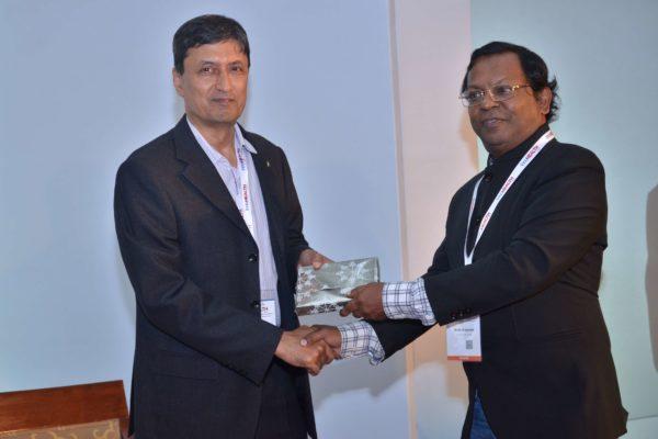 Eur Ing Muthu Singaram presenting memento to Ashim Roy at InnoHEALTH 2017