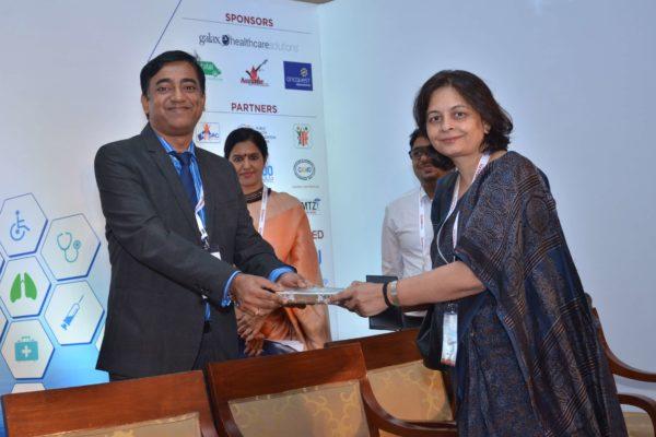 Rengarajan Iyengar presenting a memento to Dr Anjali Kaushik at InnoHEALTH 2017