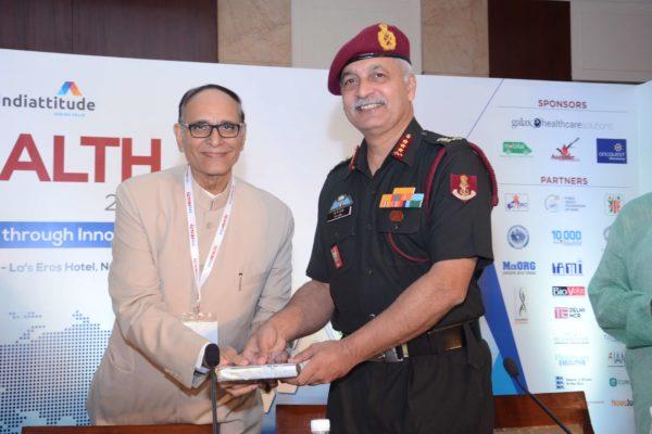 Dr V K Singh presenting memento to Lt Gen Manoj Kumar Unni