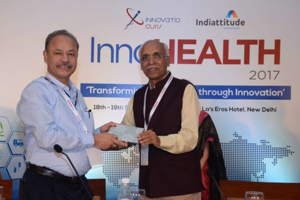 Dr Vijay Agarwal presenting a memento to Dr A K Gupta for session 1 at InnoHEALTH 2017