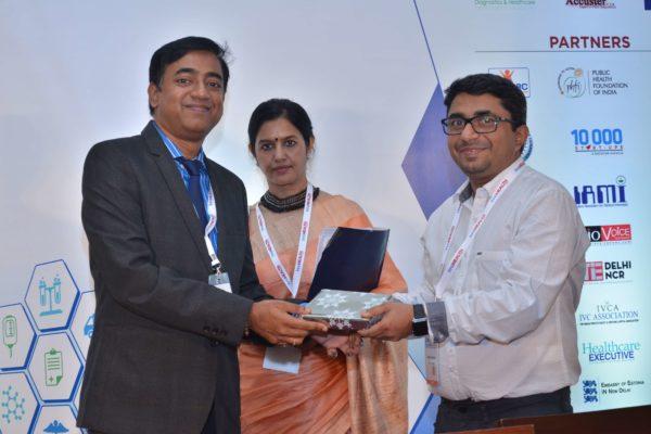 Rengarajan Iyengar presenting a memento to Dr Sanjay Sharma at InnoHEALTH 2017