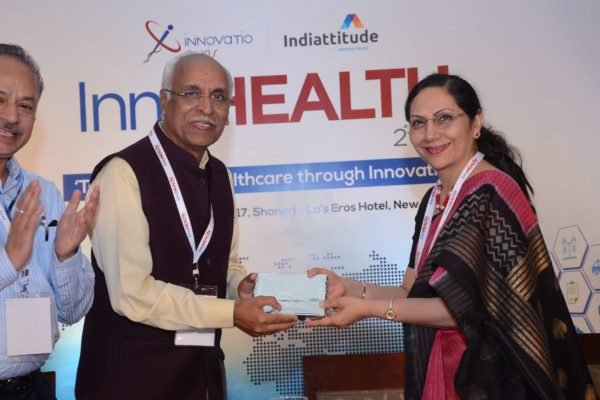 Dr Vijay Agarwal presenting a memento to Dr Arati Verma for session 1 at InnoHEALTH 2017