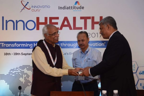 Dr Vijay Agarwal presenting a memento to Partha Dey for session 1 at InnoHEALTH 2017