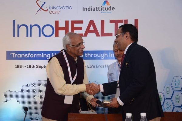 Dr Vijay Agarwal presenting a memento to Surjeet Thakur for session 1 at InnoHEALTH 2017