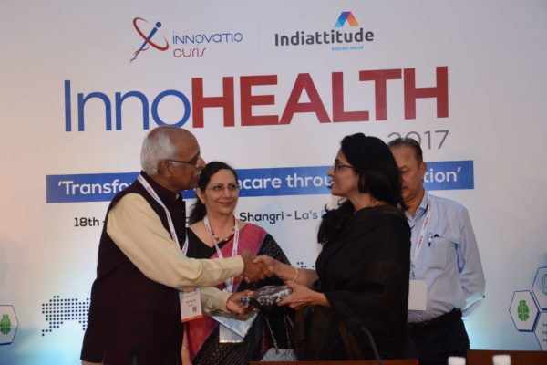 Dr Vijay Agarwal presenting a memento to Dr Arti Maria for session 1 at InnoHEALTH 2017
