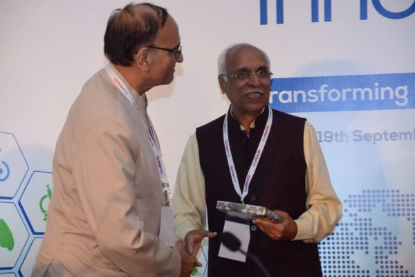 Dr VK Singh presenting memento to Dr Vijay Agarwal for session 1 at InnoHEALTH 2017