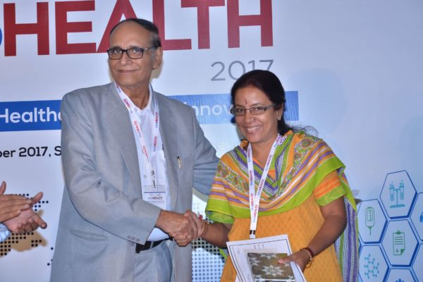 Dr V K Singh presenting certificate and a memento to Gayathree Mohan at InnoHEALTH 2017