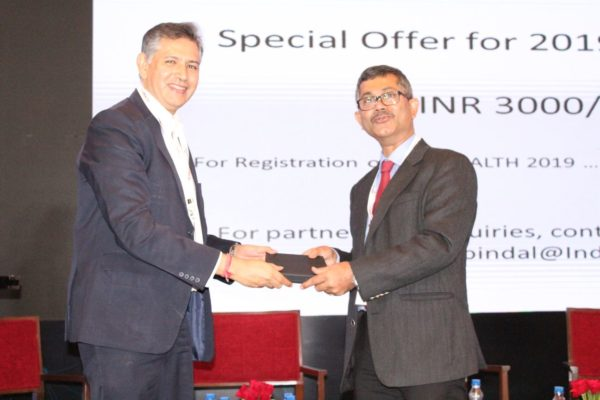 7.-Raghuram-Janapareddy-receives-a-memento-from-Sumit-Puti-Jain-at-session-on-Digital-health-New-delivery-models-through-mobile-IoT-block-chain-AI-in-progress.jpeg