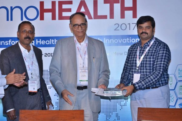 Dr-V-K-Singh-presenting-certificate-and-a-memento-to-Sri-Harsha-at-InnoHEALTH-2017